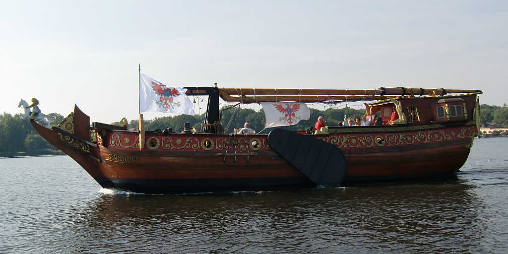 großes Segelschiff aus Holz